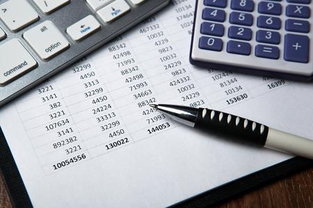 contabilità utilizzando calcolatrice, computer, carta