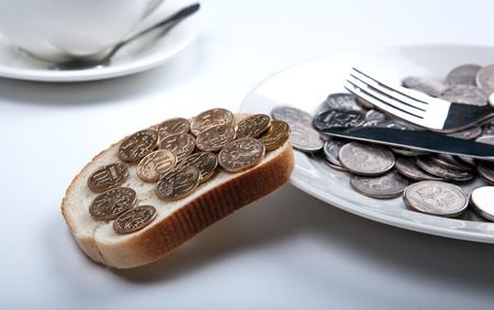 Piastra con monete e una fetta di pane con le monete