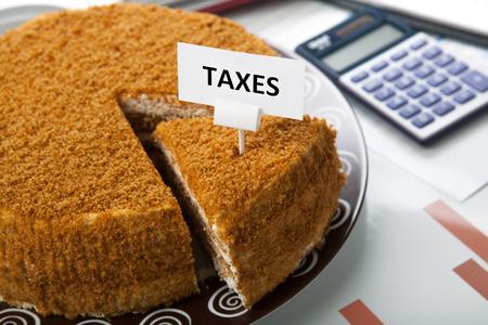 オフィスワークや税金の支払いのためのケーキの形で比喩