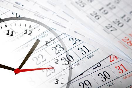 일 및 시계의 숫자와 벽 달력 달력을 닫습니다. 스톡 콘텐츠
