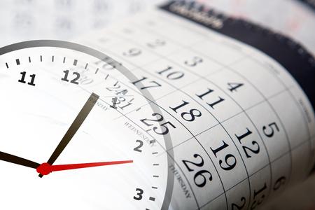 puntualidad: calendario de pared calendario con el número de días y reloj de cerca Foto de archivo