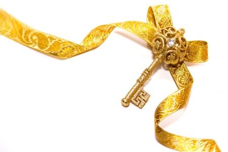 fiocco oro: brillante simbolo di una nuova vita, isolato su uno sfondo bianco