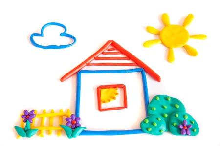 Kleines Haus, Ton (Plastilin) ??Modellierung auf weißem Hintergrund.