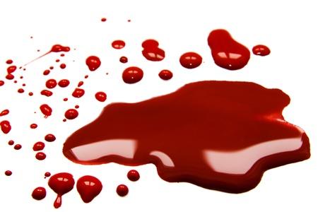 Las manchas de sangre (charco) aisladas sobre fondo blanco. Foto de archivo
