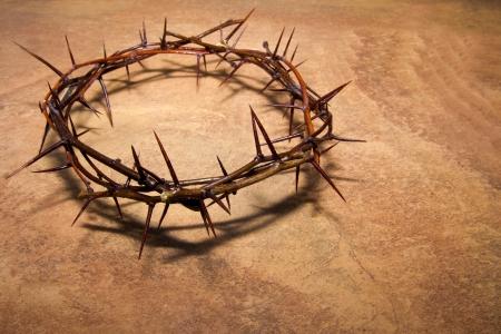 tumbas: Corona de espinas sobre fondo de mármol marrón, copia spase. Concepto cristiano del sufrimiento.