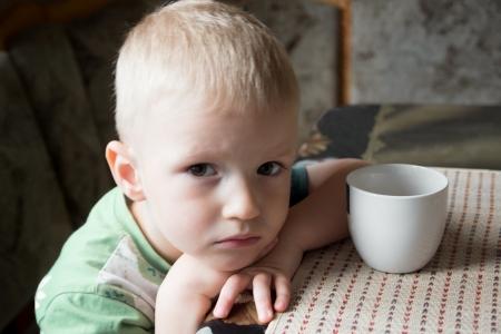 arme kinder: Sad ver�rgert m�de besorgten kleines Kind (Junge) Nahaufnahme Portr�t