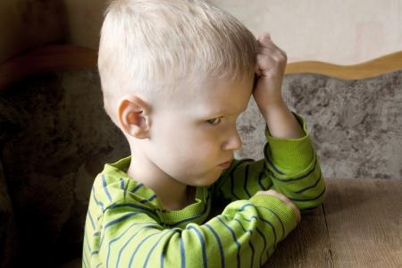 悲しい気分を害した不幸な心配している小さな子供 (少年) クローズ アップの肖像画