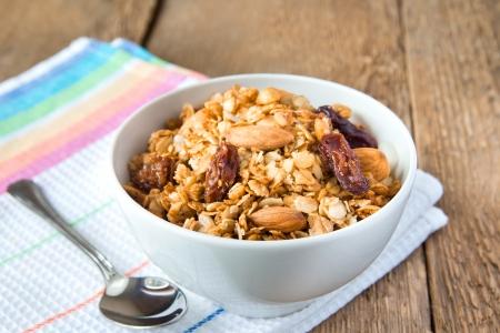 frutas secas: delicioso y saludable desayuno muesli integral, con una gran cantidad de frutos secos, nueces y granos close up, horizontal, en la mesa de madera con cuchara