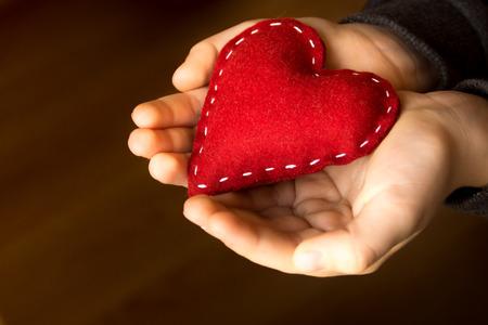 아이의 손에 붉은 마음, 손으로 만든 선물, 발렌타인 데이, 가족 사랑 개념, 가까이, 수평 스톡 콘텐츠