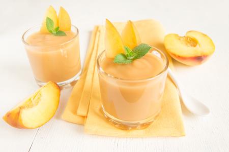 Perzik smoothie dessert met mint op servet, bovenaanzicht