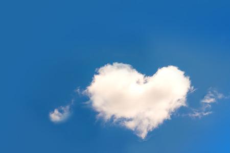 ハート形の青い空には雲 写真素材