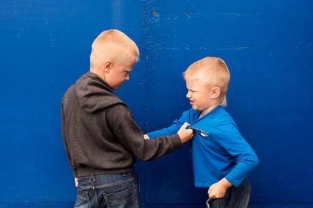 niños malos: niños se pelean entre dos hermanos agresivos enojados (niños, muchachos) Foto de archivo
