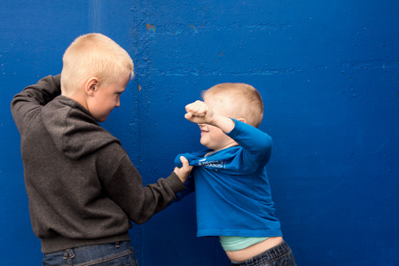 pelea: niños se pelean entre dos hermanos agresivos enojados (niños, muchachos) Foto de archivo