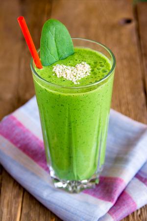 comiendo frutas: Vegetal verde y hierbas Smoothie con coraz�n de las semillas de s�samo. El amor por un concepto de alimentos crudos saludable.