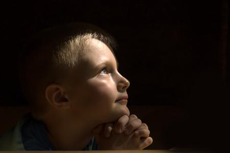 niño orando: Pequeño muchacho joven y bella (niño, niño) espiritual pacífica orando y deseando, horizontal, espacio de copia. Foto de archivo