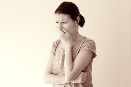 Mujer joven sentir mareos matutinos náuseas, toxicosis del embarazo Foto de archivo