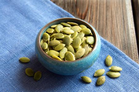 calabaza: Las semillas de calabaza en el cuenco azul close up