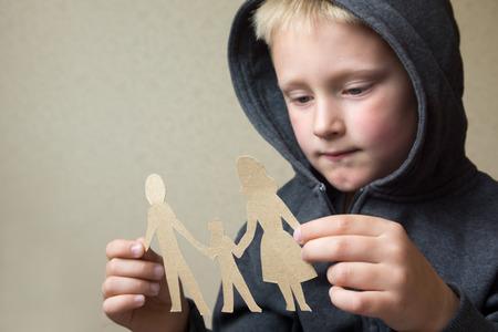 problemas familiares: Ni�o confuso con la familia el papel, los problemas familiares, el divorcio, sufren concepto