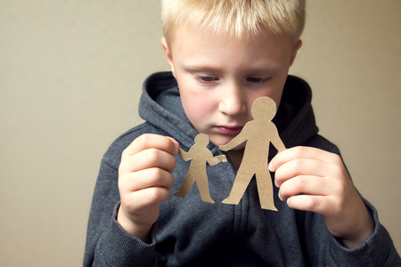 pareja enojada: Niño confuso con el corte de papel padre e hijo, los problemas familiares, el divorcio, la batalla por la custodia, sufren concepto