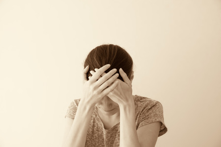 Huilen depessed droevige jonge vrouw, dramatisch portret Stockfoto