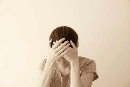 mujer llorando: Llorando joven mujer triste depessed, dram�tico retrato Foto de archivo