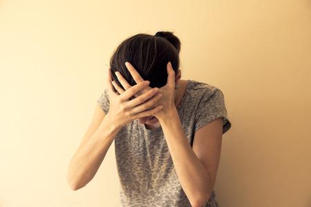 depessed 히스테리 젊은 여자가 울고, 극적인 초상화
