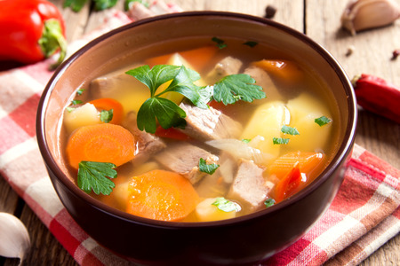 perejil: La carne y las verduras sopa con el perejil en un taz�n sobre fondo de madera r�stica cerca