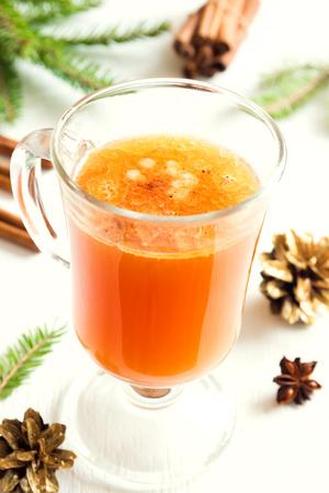 mantequilla: Hot c�ctel de ron con mantequilla de canela para la Navidad y las vacaciones de invierno