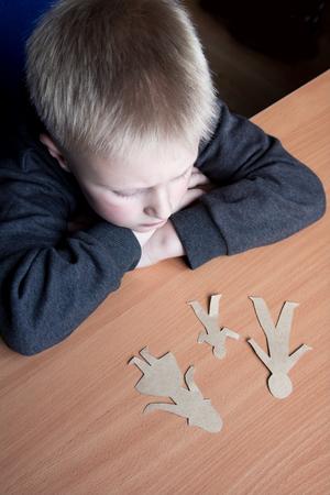problemas familiares: Niño confuso con la familia rota papel, problemas familiares, el divorcio, la batalla por la custodia, sufren concepto