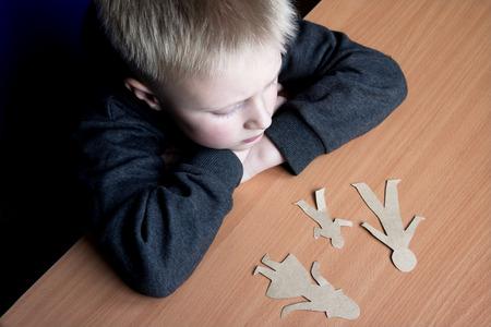 confundido: Niño confuso con la familia rota papel, problemas familiares, el divorcio, la batalla por la custodia, sufren concepto
