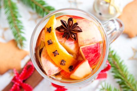 alimentos y bebidas: Spicy hot drink (cider, punch, tea) with apple, orange, cinnamon, star anise for Christmas and winter holidays Foto de archivo