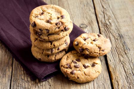 Chocolate chip cookies op bruin servet en rustieke houten tafel