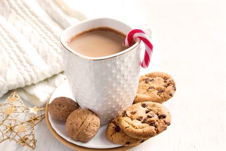 galletas: bebida de cacao y galletas de chocolate de la mañana y de invierno vacaciones de Navidad