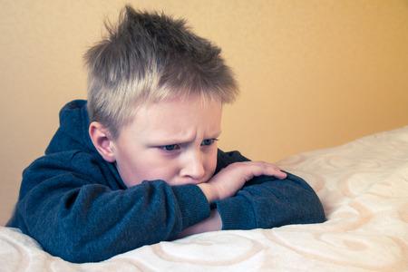ojos llorando: Trastorno triste cansado preocupado niño infeliz (niño, adolescente) cerca retrato con espacio de copia Foto de archivo
