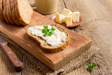 버터와 빵 소박한 나무 배경 복사 공간을 통해 파 슬 리와 함께 아침 식사