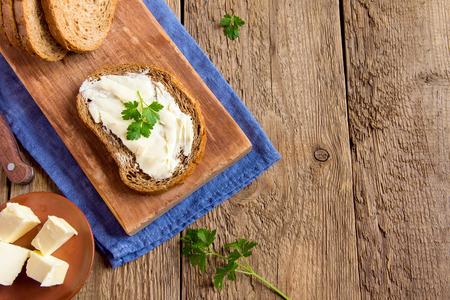 queso blanco: Mantequilla y pan para el desayuno, con perejil sobre fondo de madera rústica, con copia espacio Foto de archivo