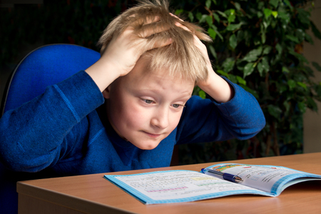 matematica: Chico aburrido cansado no quieren cumplir con su difícil tarea escolar