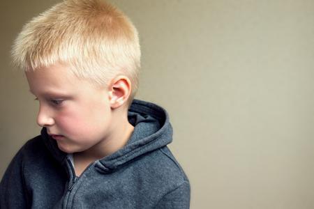 Boos overstuur triest kind (jongen, kid) portret
