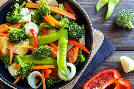 Gesunde gebratenem Gemüse in die Pfanne geben und Zutaten Nahaufnahme