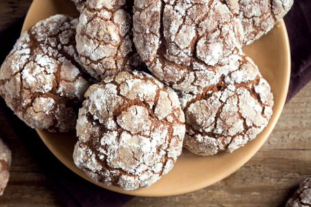 crinkles: Chocolate crinkle cookies on plate close up - homemade winter chocolate christmas pastry Stock Photo