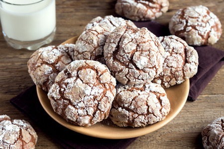 ginger cookies: Chocolate crinkle cookies on plate with milk close up - homemade winter chocolate christmas pastry Foto de archivo