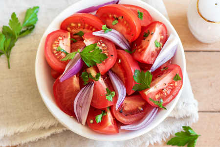 tomate ensalada: Tomato salad with onion, parsley and black pepper in bowl - healthy vegetarian vegan food appetizer Foto de archivo