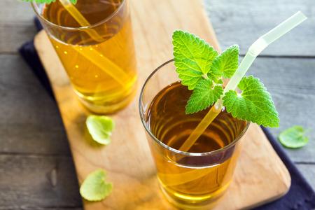 木製の背景 - 自家製健康有機発酵プロバイオティクス飲料にミントとガラスのきのこ茶紅茶スーパー食品プロ生物飲料