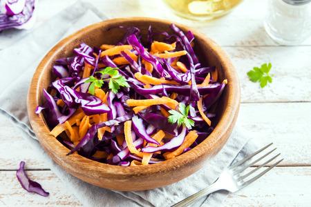 Salade de chou au chou rouge avec carottes et verts - régime sain, désintoxication, vegan végétarien, salade végétale au printemps Banque d'images