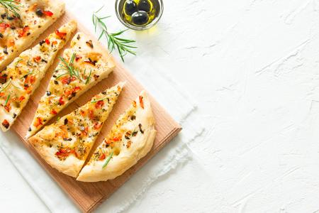 토마토, 블랙 올리브와 로즈마리 - 집에서 만드는 평평한 빵 focaccia가있는 전통적인 이탈리아 포카 치아 스톡 콘텐츠