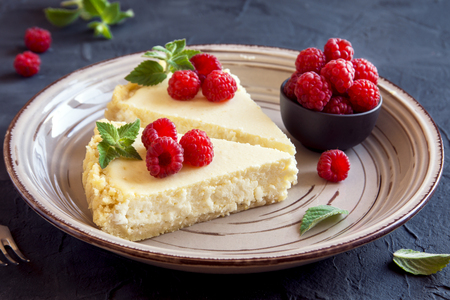 pie de limon: Homemade cheesecake with fresh raspberries and mint for dessert - healthy organic summer dessert pie cheesecake. Vanilla Cheese Cake.