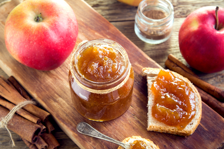 집에서 달콤한 사과 버터 계 피 - 유기 건강 한 채식 음식. Apple Jam. 애플 마멀레이드.