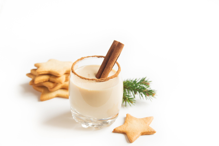 Eggnog with cinnamon and nutmeg for Christmas and winter holidays. Christmas Eggnog, gingerbread cookies isolated on white background. Stockfoto