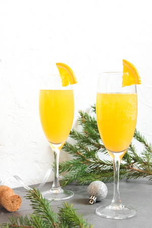 Mimosa bevanda festiva per il Natale - Champagne cocktail Mimosa con succo d'arancia per la festa di Natale, copia spazio Archivio Fotografico