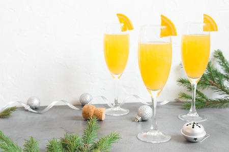Mimosa festive drink for Christmas - Champagne cocktail Mimosa with Orange juice for Christmas party, copy space 免版税图像 - 89145800